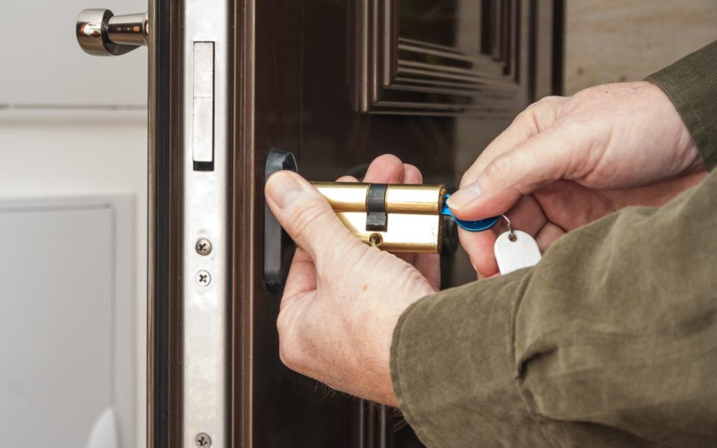 5 reasons to hire a locksmith